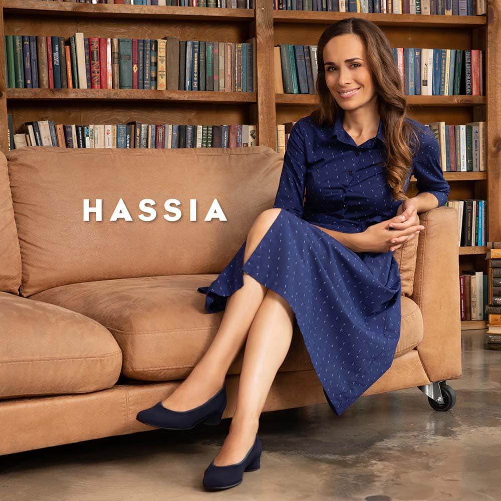 Vrouw op bank met Hassia damesschoenen